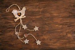 Hölzerner Vogel mit Kegeln auf einem braunen Hintergrund Lizenzfreie Stockfotografie