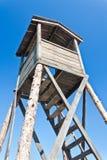 Hölzerner Wachturm im Gefangenenlager lizenzfreie stockfotos