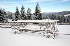 Hölzerner Wagen im Schnee Lizenzfreie Stockfotografie