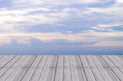 Hölzerner Wandbodenraumdesignperspektiven-Himmelhintergrund Stockfotografie