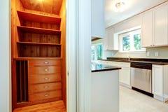Hölzerner Wandschrank im Küchenraum Stockbilder