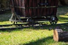 Hölzerner Warenkorb auf Schienen Stockfotografie