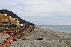 Hölzerner Weg auf dem Strand stockfoto