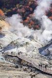 Hölzerner Weg bei Noboribetsu Jigokudani oder Höllen-Tal in Hokkaido Stockbild
