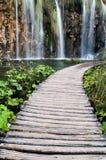 Hölzerner Weg neben Wasserfall in den Plitvice Seen Lizenzfreie Stockfotografie