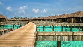 Hölzerner Weg zu den Bungalows auf irufushi Insel, Malediven Stockfotografie