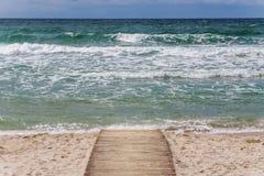 Hölzerner Weg zum Meer stockfotos