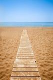 Hölzerner Weg zum sandigen Strand Lizenzfreie Stockfotografie