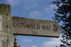 Hölzerner Wegweiser für den Cotswold-Weisenfußweg stockfoto