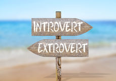 Hölzerner Wegweiser mit Introvertierten und Extravertierten Lizenzfreie Stockfotografie