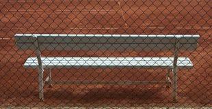Hölzerner weißer Sitz auf Tennisgericht Lizenzfreie Stockbilder