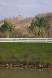 Hölzerner weißer Zaun im Freienpark. Stockfotos