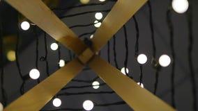 Hölzerner Weihnachtsbaum Girlande von Lichtern Abbildung der roten Lilie Hintergrund von Glühlampen auf einem Gebiet im Restverwi Stockfotografie