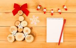 Hölzerner Weihnachtsbaum mit Bogen und Schneeflocken lizenzfreies stockbild