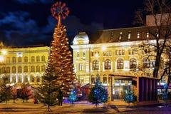 Hölzerner Weihnachtsbaum und Markt nachts in Riga Stockbilder
