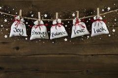 Hölzerner Weihnachtshintergrund: Grußkarte mit Geschenken und tex Stockfotografie