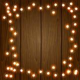 Hölzerner Weihnachtshintergrund mit Lichtern Stockfotos