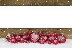 Hölzerner Weihnachtshintergrund mit roten Bällen für eine Grußkarte Lizenzfreie Stockbilder