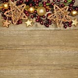 Hölzerner Weihnachtshintergrund mit Sterngrenze Stockbilder