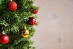 Hölzerner Weihnachtshintergrund mit verziertem Baum Horisontal Lizenzfreie Stockfotos