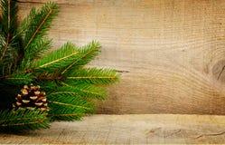Hölzerner Weihnachtshintergrundtannen-Fichtenkegel Lizenzfreie Stockfotografie