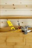 Hölzerner Werkzeugkasten mit Hilfsmitteln Stockfotografie