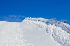 Hölzerner Zaun abgedeckt im Schnee Stockfoto