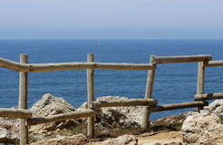 Hölzerner Zaun auf einem Hügel Lizenzfreie Stockfotografie