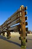 Hölzerner Zaun auf Strand Stockfotos