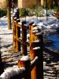 Hölzerner Zaun bedeckt mit Schnee Stockbild