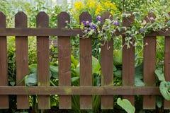 Hölzerner Zaun an einem Garten stockfotos