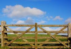 Hölzerner Zaun mit gras und Himmel Stockbild