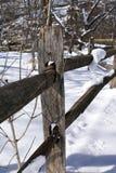 Hölzerner Zaun nach Schneefällen lizenzfreies stockbild