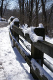 Hölzerner Zaun nach Schneefällen Lizenzfreie Stockbilder
