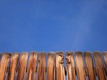 Hölzerner Zaun-und blauer Himmel-Hintergrund Lizenzfreie Stockbilder