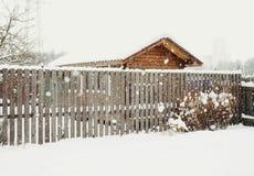 hölzerner Zaunwohnungsbauwinter-Schneetag Lizenzfreies Stockbild