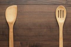 Hölzernes Abstreicheisen und Spachtel auf dem Tisch Lizenzfreie Stockbilder