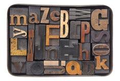 Hölzernes Alphabet der Weinlese im Kasten Lizenzfreies Stockfoto