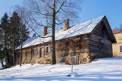 Hölzernes altes Häuschen bedeckt im Schnee Stockfotos