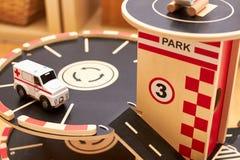 Hölzernes Autospielzeugparkhaus lizenzfreie stockbilder