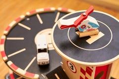 Hölzernes Autospielzeugparkhaus lizenzfreies stockfoto