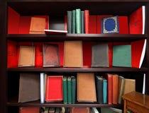 Altes Bücherregal lizenzfreie stockbilder