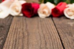 Hölzernes baclground mit Rotem und Weiß blured Rosen Tag Women s, Lizenzfreie Stockbilder