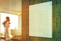 Hölzernes Badezimmer, Seitenansicht der weißen Wanne, Mädchen Stockbilder