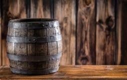 Hölzernes barel Altes hölzernes Faß Barel auf Bierrebwhiskyweinbrandrum oder -kognak stockbild