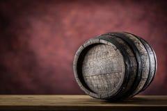 Hölzernes barel Altes hölzernes Faß Barel auf Bierrebwhiskyweinbrandrum oder -kognak lizenzfreies stockbild