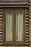 Hölzernes Bauholzblockhausfenster Stockfoto
