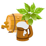 Hölzernes Bierfaß, ein hölzerner Becher Bierschaum Lizenzfreie Stockbilder