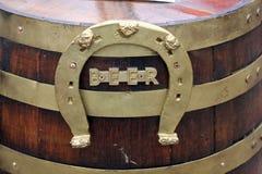 Hölzernes Bierfaß mit Hufeisen Lizenzfreie Stockbilder