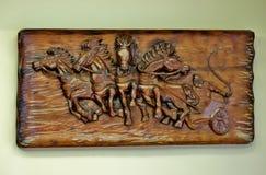 Hölzernes Bild mit den geschnitzten Pferden, handgemacht lizenzfreie stockfotos